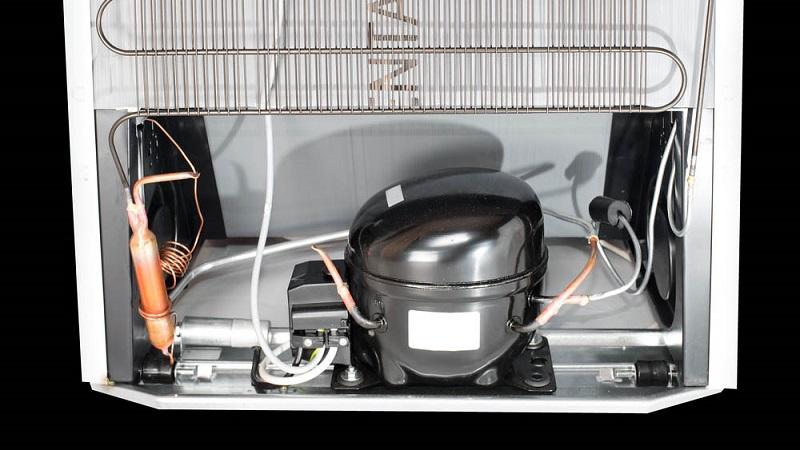 открытая ниша холодильника для компрессора