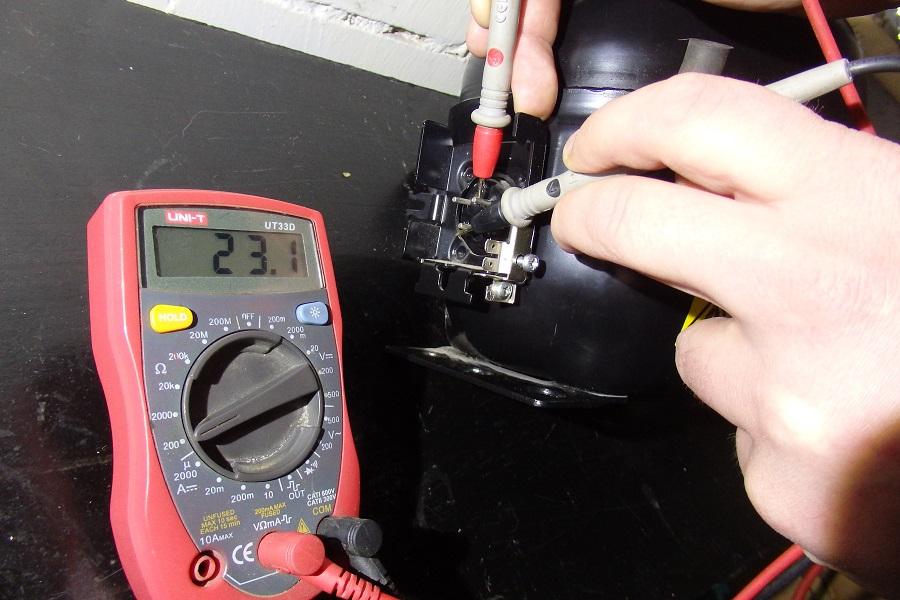 замер тестером обмотки компрессора