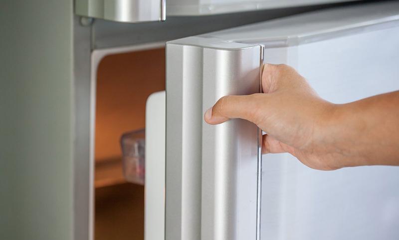 Дверца холодильника закрывается не плотно